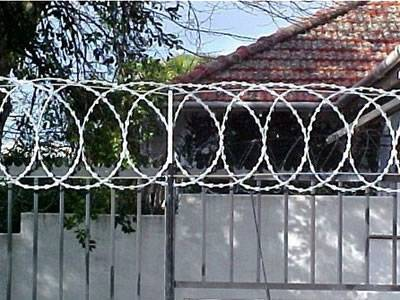 Installation of razor wire flat wrap coils is particularly simple when it is fitted by overlapping the fence mesh